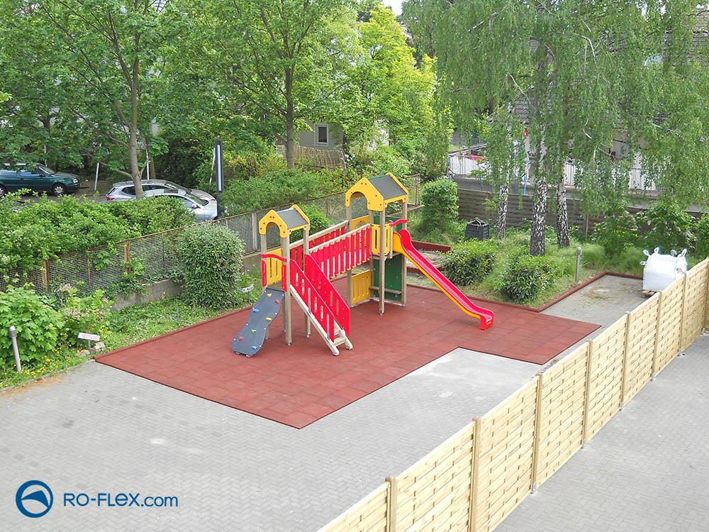 Fallschutzplattenmontage Kinderspielplatz