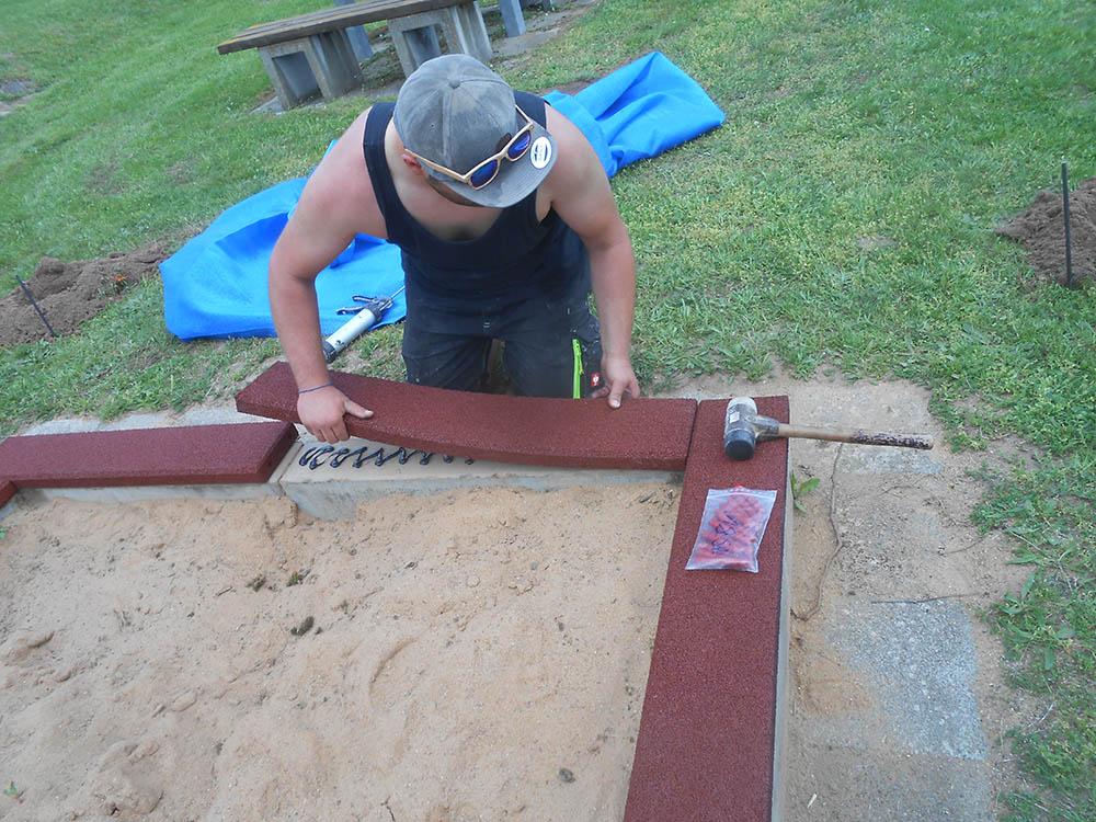 Montage der Sandkasten Randabdeckung